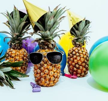 Category photo of three pineapples surrounded by balloons 1071882
